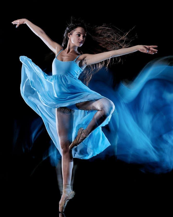 Balettdansör för ung kvinna som dansar isolerad svart bakgrundsljusmålning royaltyfria foton