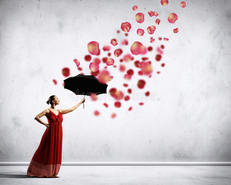 Balettdansör i flygsatängklänning med paraplyet arkivbilder