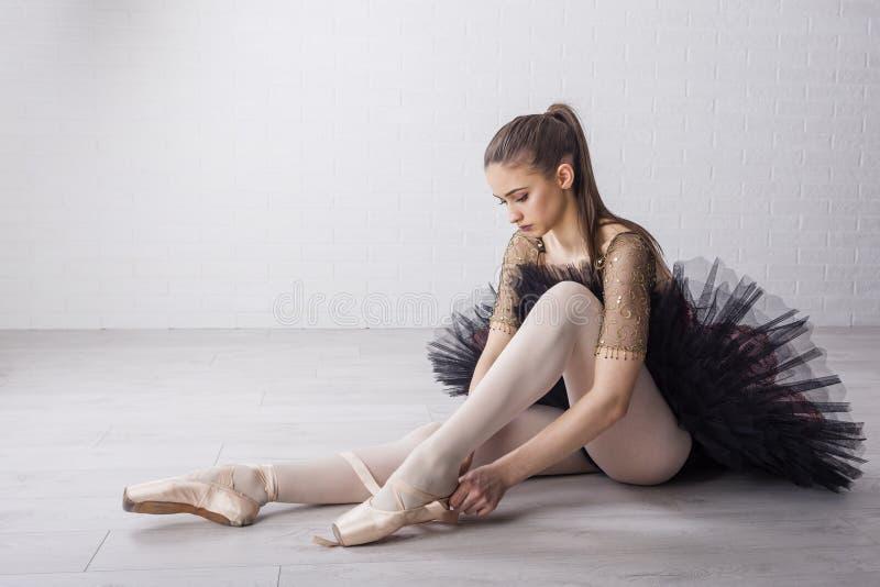 Balettdansör i härlig klänning royaltyfri foto