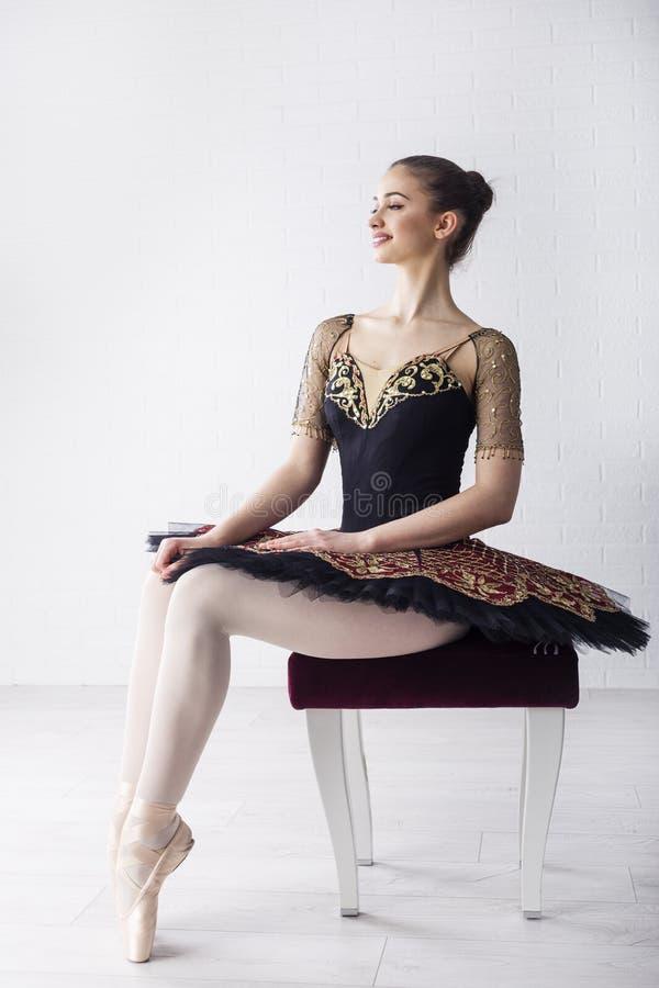 Balettdansör i härlig klänning arkivbilder