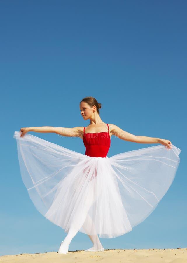 Balettdansör på sanden royaltyfri bild