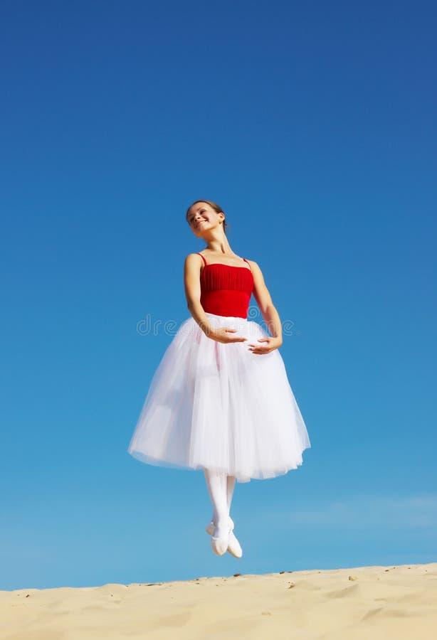 Balettdansör på strand arkivbild
