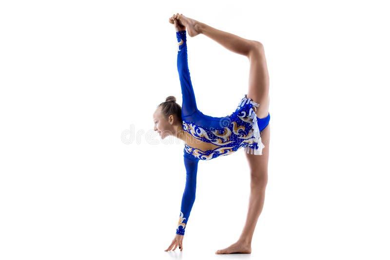 Balettdansör som gör stående splittringar royaltyfri fotografi