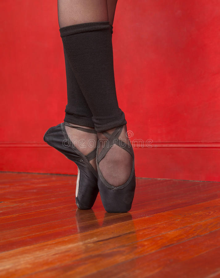 Balettdansör Standing On Pointe i studio arkivfoto
