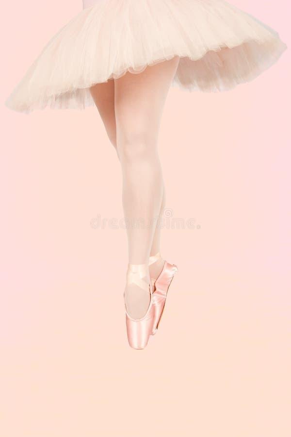 Balettdansöranseende på färgglat golv, medan dansa som är konstnärligt royaltyfri foto