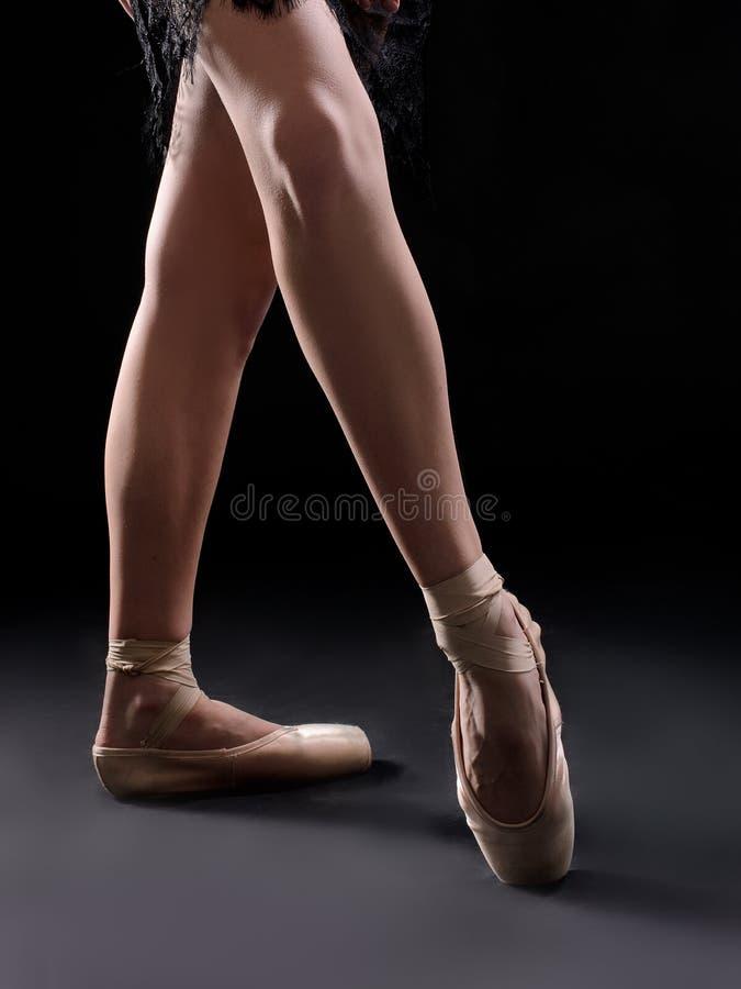 balettdansören lägger benen på ryggen pointes royaltyfri fotografi