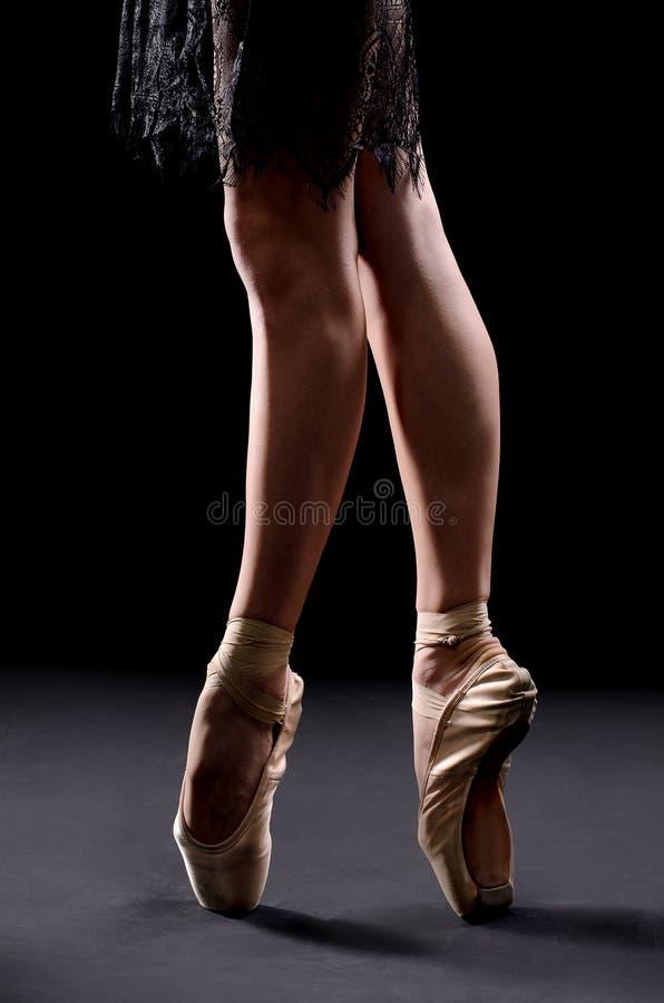 balettdansören lägger benen på ryggen pointes arkivbilder