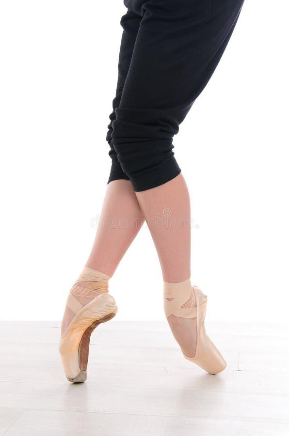 balettdansören lägger benen på ryggen pointes royaltyfri bild