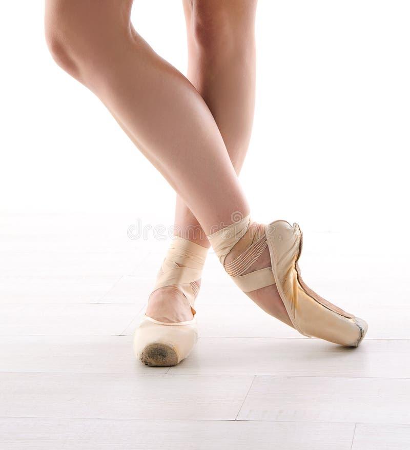 balettdansören lägger benen på ryggen pointes royaltyfria foton