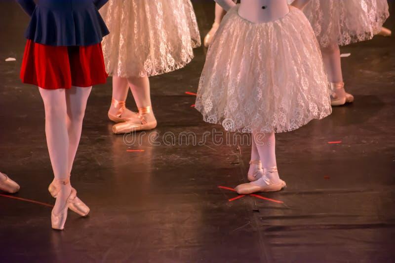Balettdansörer med klassiska klänningar som utför en balett på suddighetsbakgrund royaltyfria foton