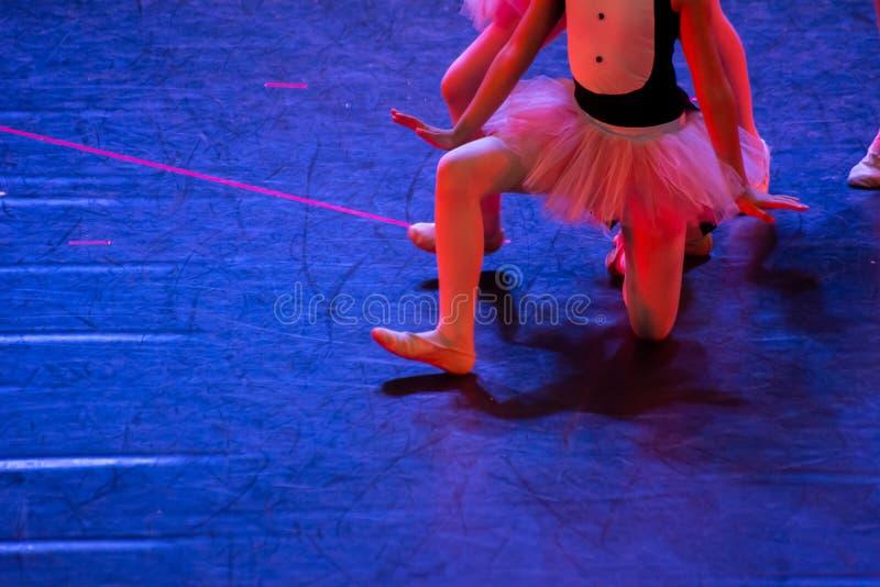 Balettdansörer med klassiska klänningar som utför en balett på suddighetsbakgrund fotografering för bildbyråer