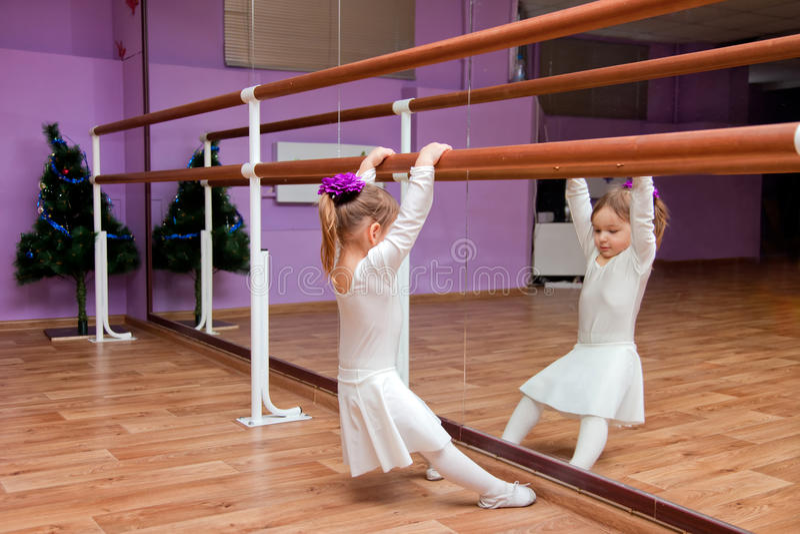 Balettdansörliten flicka royaltyfria bilder