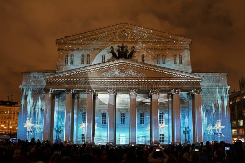 Balettdans under måneljus på fasaden av den Bolshoi teatern arkivbilder