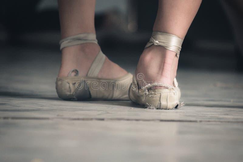 Balettskor av två kubanska dansare i trasor arkivbild
