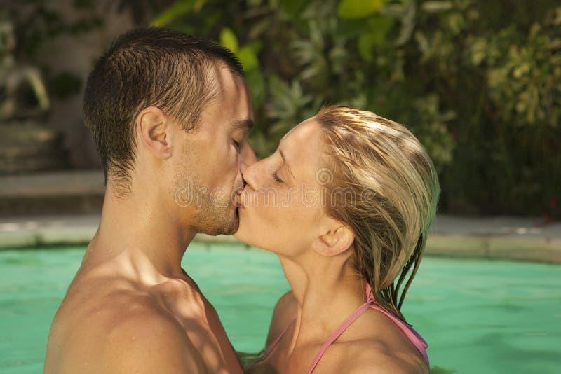Bali 1 que se besa en piscina imágenes de archivo libres de regalías