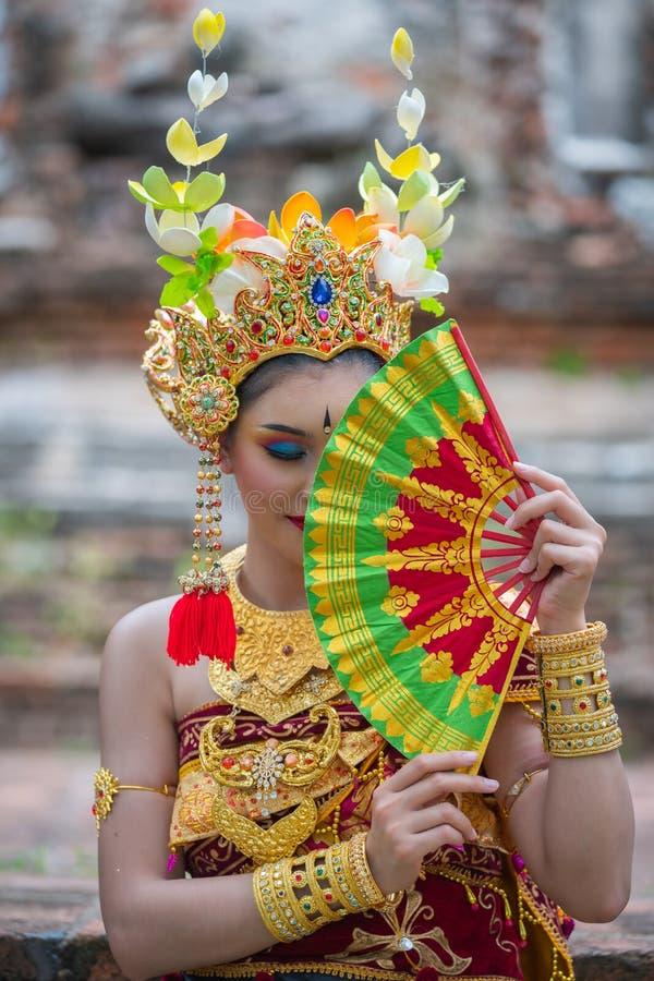 Bali asiatiska ståendekvinnor royaltyfri fotografi