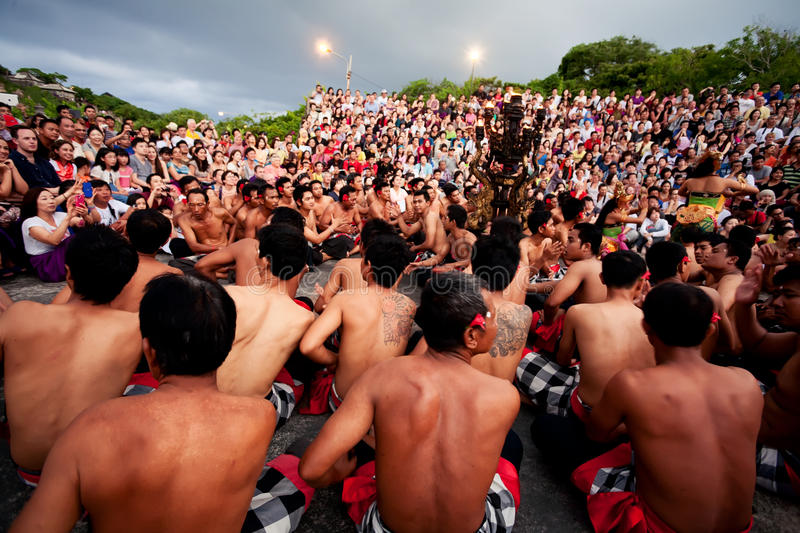 BALI - 30 DE DEZEMBRO: dança tradicional de Kecak do Balinese em Uluwatu imagem de stock royalty free