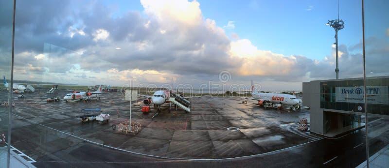 BALI 19 DE OUTUBRO DE 2016: Planos no aeroporto Denpasar, Bali, Indonésia imagens de stock