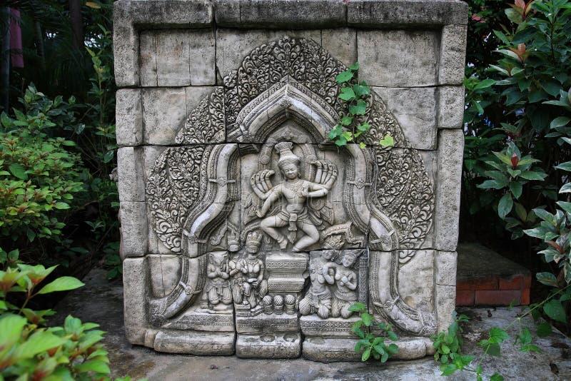 Bali, der Art auf dem Felsen schnitzt stockfoto