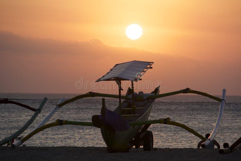 Bali fiskebåtkontur royaltyfri foto