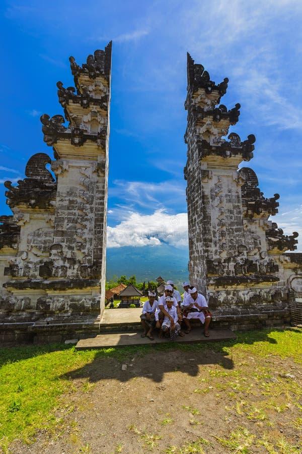 BALI INDONÉSIA - 27 DE ABRIL: Povos no templo de Lempuyang o 2 de abril foto de stock royalty free