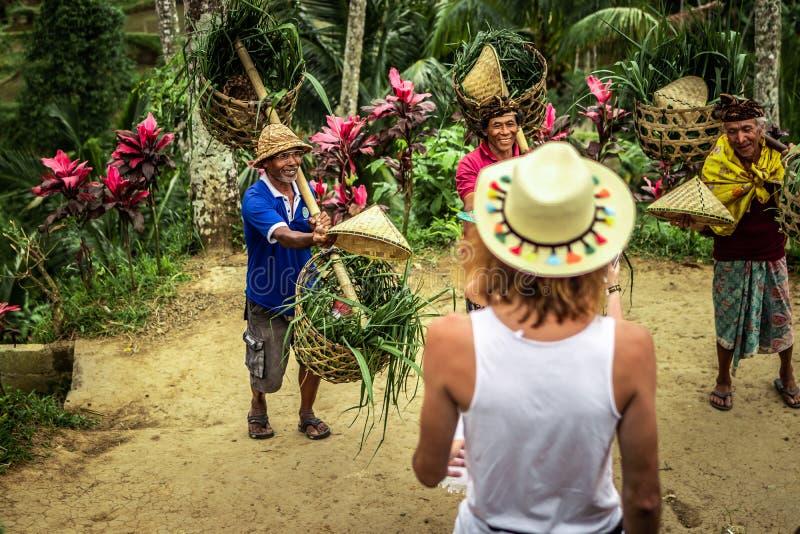 BALI, INDONÉSIA - 24 DE AGOSTO DE 2018: Pares novos da lua de mel em campos do arroz da ilha de Bali Férias do curso no conceito  fotos de stock