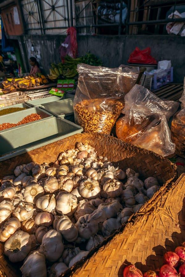 BALI, INDON?SIA - 21 DE FEVEREIRO DE 2019: Alho org?nico em um mercado asi?tico local do alimento Ilha de Bali imagens de stock