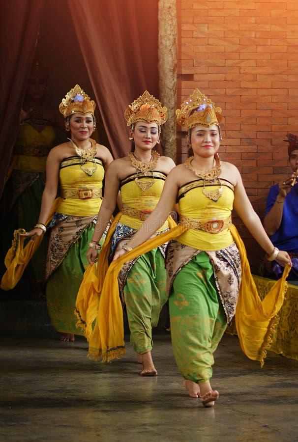 BALI, INDONÉSIA - 6 DE JUNHO DE 2018: 3 dançarinos incorporam a fase para executar fotografia de stock royalty free