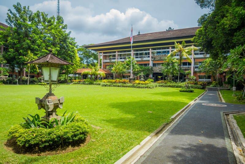 BALI, INDONÉSIA - 8 DE MARÇO DE 2017: Construção bonita do regulador com o jardim na cidade de Denpasar em Bali, Indonésia foto de stock