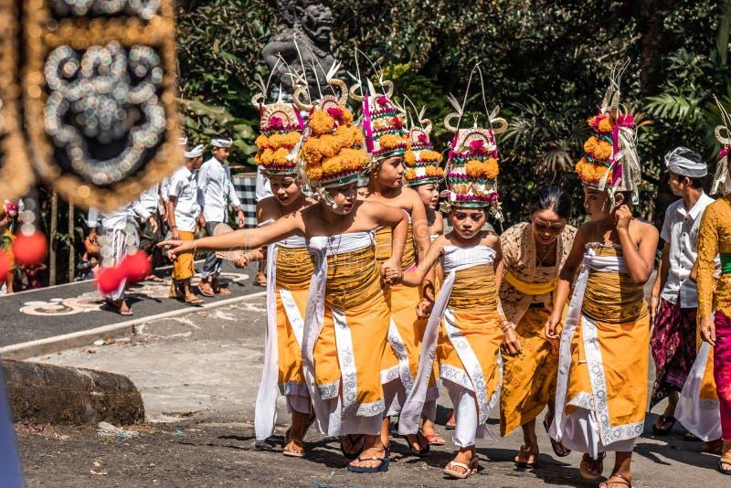 BALI, INDONÉSIA - 25 DE SETEMBRO DE 2018: Crianças do Balinese na roupa tradicional em uma cerimônia grande no templo de Tirta Em imagens de stock royalty free