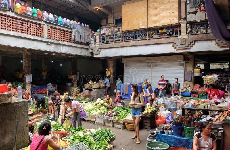 Bali, Indonésia - 9 de setembro de 2017: Mercado da manhã de Pasar Kumbasari, flores, mercado de frutas e legumes Ubud, Bali fotos de stock royalty free