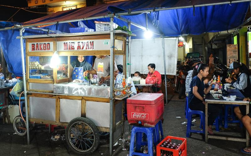 Bali, Indonésia - 9 de setembro de 2017: Tenda do alimento no mercado local da noite de Bali, Bakso o macarronete da galinha imagem de stock royalty free