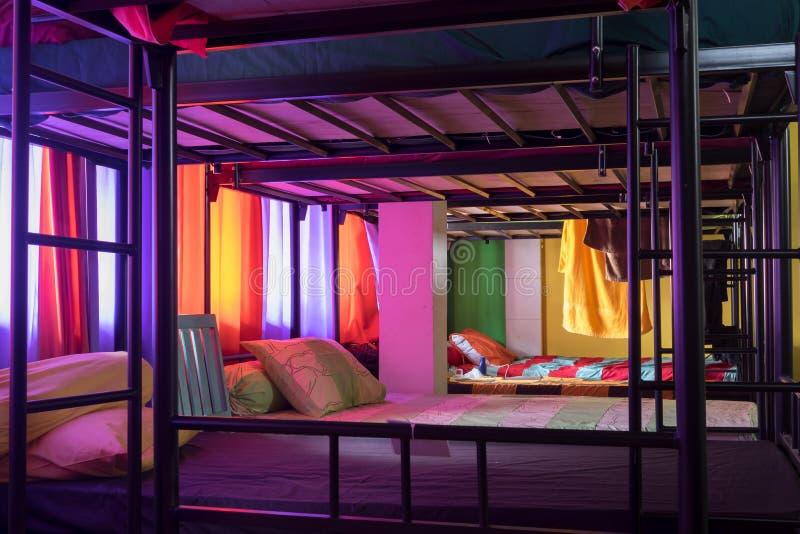 Bali, Indonésia Em dezembro de 2016 Interior do dormitório da pensão fotos de stock