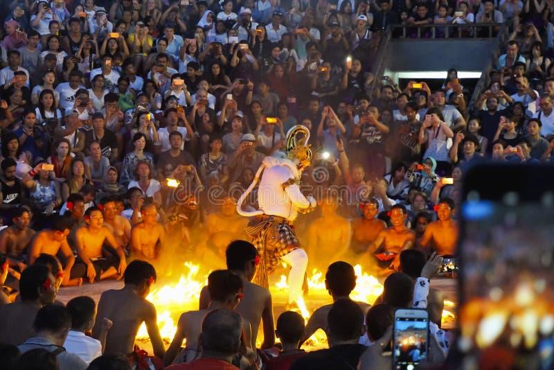 BALI, INDONÉSIA, em janeiro de 2018, povos olha o desempenho de Hanuman queimar para baixo o Lanka de Ravan, sob a forma da dança fotos de stock royalty free