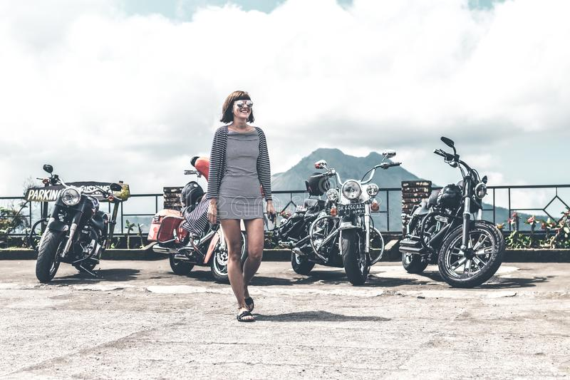 BALI, INDONÉSIE - 12 AOÛT 2018 : Femme sur le fond de motos de Harley Davidson, volcan de Batur image libre de droits