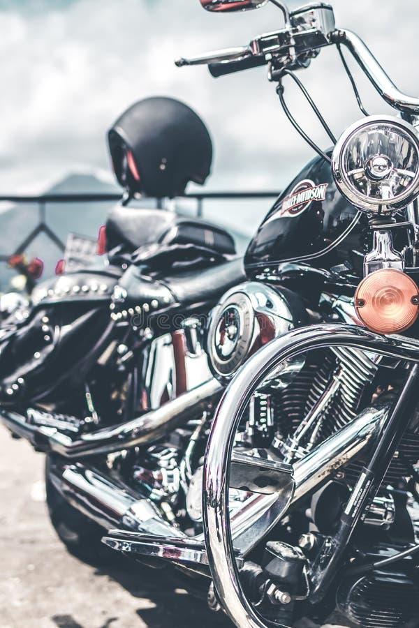 BALI, INDONÉSIE - 12 AOÛT 2018 : Motos de Harley Davidson sur le stationnement près du volcan de Batur photographie stock libre de droits