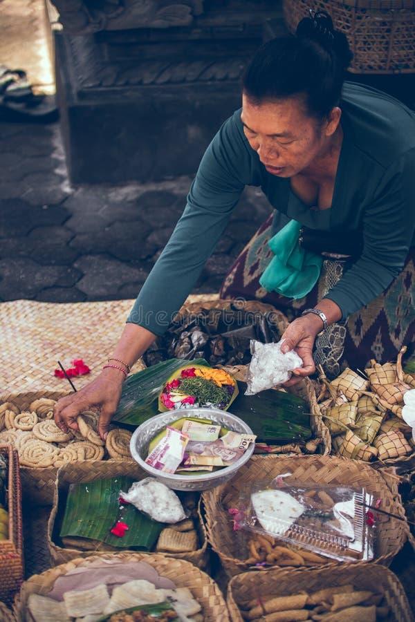 BALI, INDONÉSIE - 13 AVRIL 2018 : Femme avec des offres de balinese aux dieux image stock