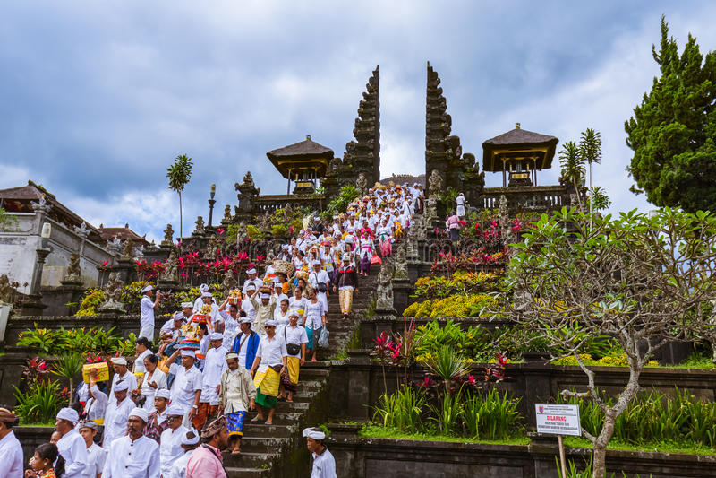 BALI INDONÉSIE - 26 AVRIL : Prières en Pura Besakih Temple en avril photographie stock