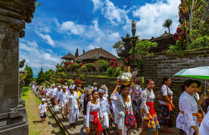 BALI INDONÉSIE - 26 AVRIL : Prières en Pura Besakih Temple en avril photos libres de droits