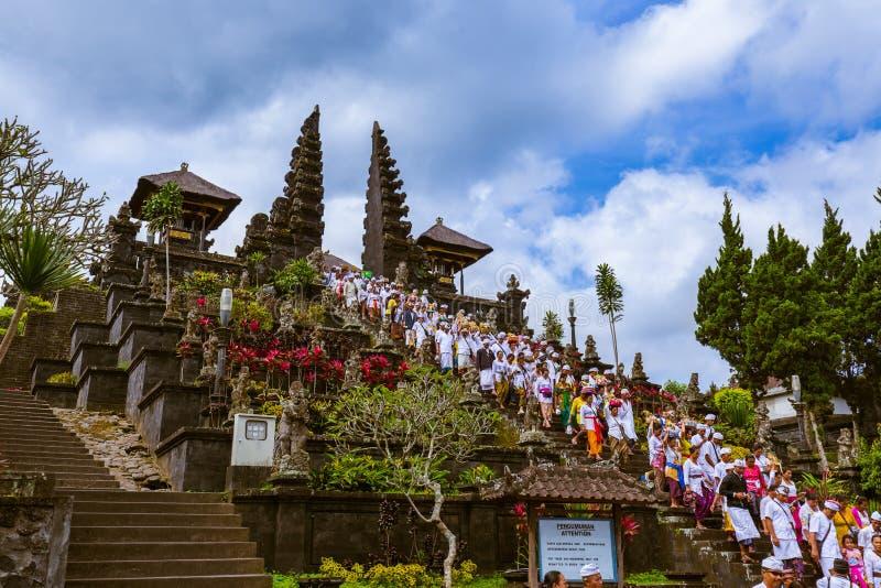 BALI INDONÉSIE - 26 AVRIL : Prières en Pura Besakih Temple en avril photo libre de droits