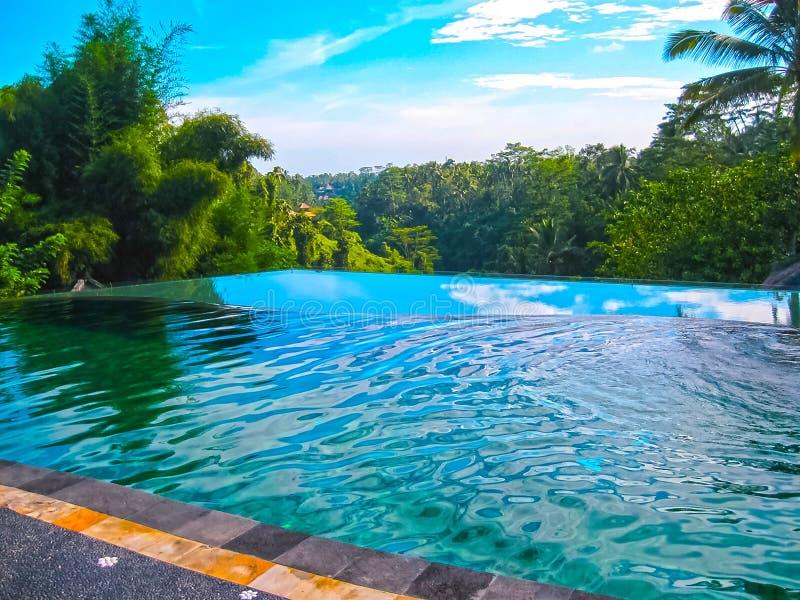 Bali, Indonésie - 11 avril 2012 : Vue de piscine chez Tanah Merah Art Resort photographie stock