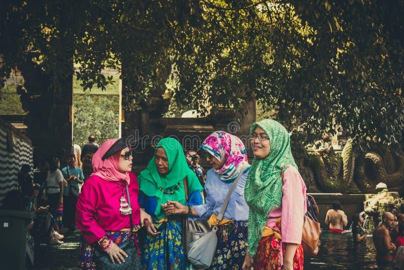 BALI, INDONÉSIE - 5 DÉCEMBRE 2017 : Touristes musulmans indonésiens dans le temple de Tirta Empul image stock