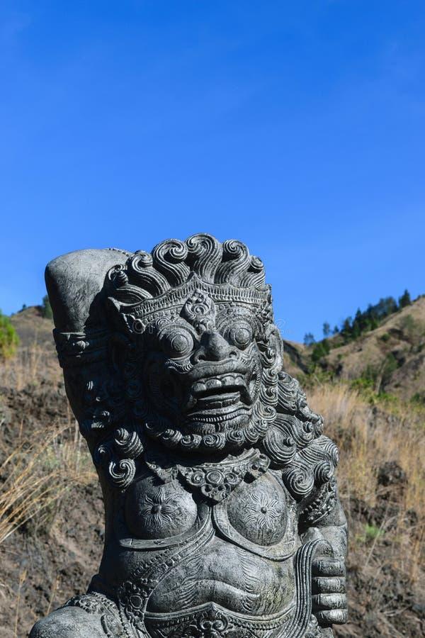 Bali, Indonésie 5 OCTOBRE 2018 Sculpture traditionnelle semblante effrayante en pierre d'île de Bali devant le fond de ciel bleu photo libre de droits