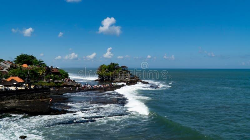 Bali, Indonesië - Juni 15,2019 - de Partijtempel van Tanah van de Toeristenmening in Bali, Indonesië stock afbeelding
