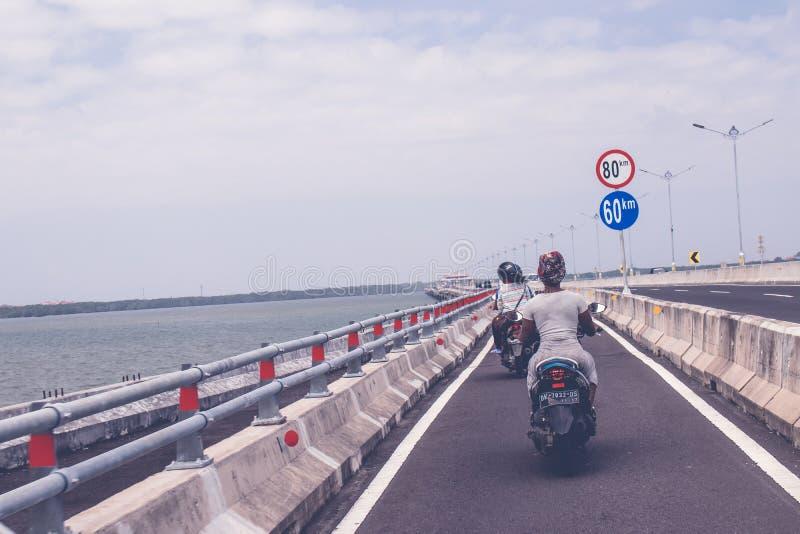 BALI, INDONESIË - JUNI 2, 2017: Motoren op een betalingsweg genoemd Jalan Tol, Bali stock fotografie