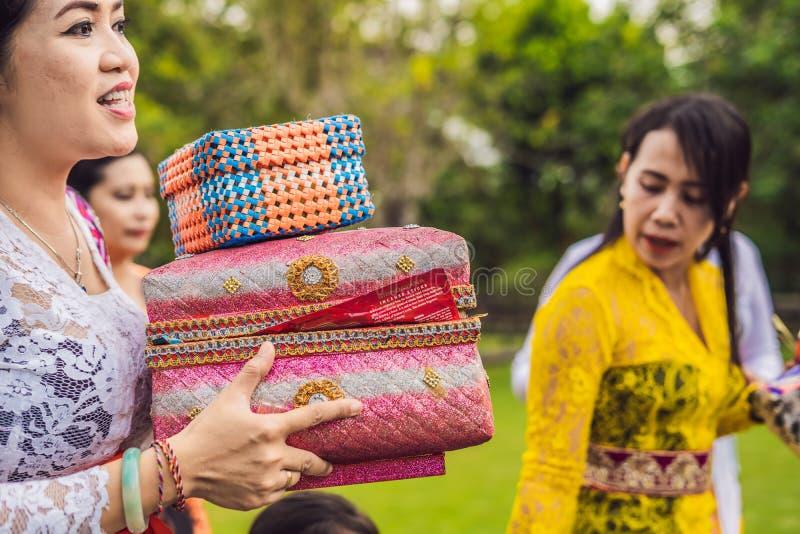 BALI, INDONESIË - MEI 14, 2018: Balinese mensen in traditionele kleren tijdens godsdienstige ceremonie in Pura Taman Ayun Temple, stock afbeelding