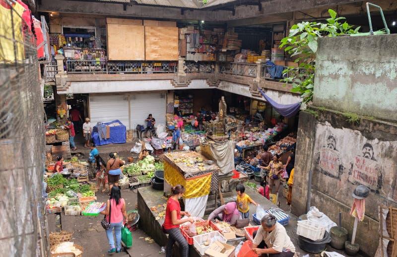 Bali, Indonesië - September 9, 2017: De Ochtendmarkt van Pasarkumbasari, bloemen, fruit en plantaardige markt Ubud, Bali, Indones stock foto's
