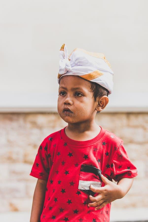BALI, INDONESIA - 13 APRILE 2018: Bambino asiatico sul giorno delle nozze di balinese Bambino indonesiano fotografie stock