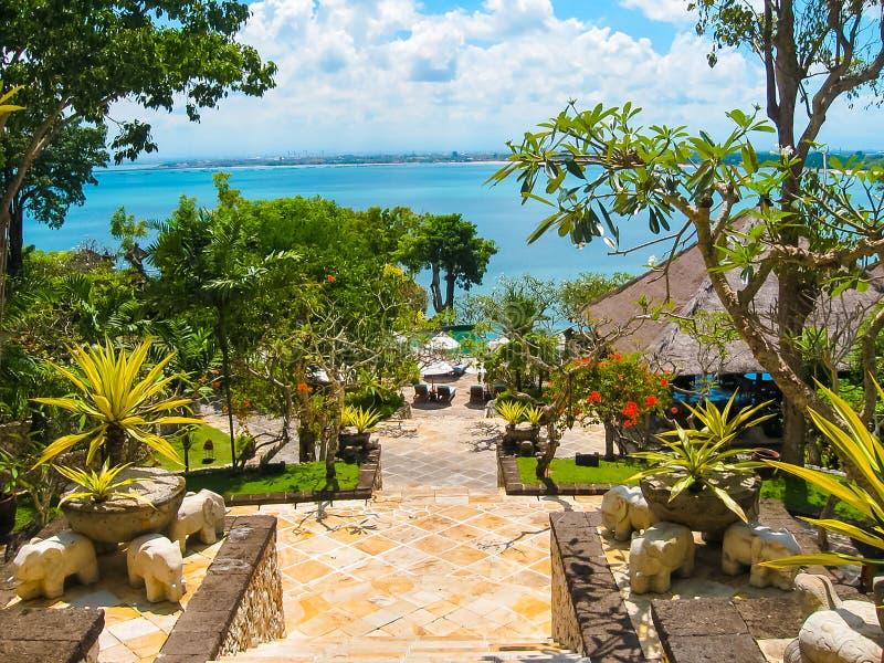 Bali, Indonesia - 14 de abril de 2014: La vista de la entrada principal cuatro estaciones recurre en la bahía de Jimbaran foto de archivo libre de regalías