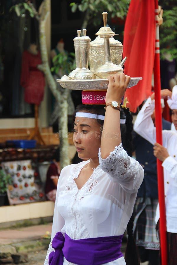 BALI, INDONESIA. 27 de diciembre de 2013 en Ubud. desfile fotografía de archivo libre de regalías